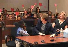 Menino de 5 anos leva amigos da escola à sua audiência de adoção
