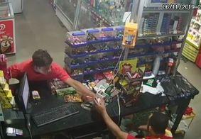 Câmera flagra homem assaltando conveniência no Cuiá