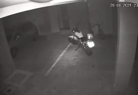 Vídeo de moto se movimentando em garagem vazia intriga moradores