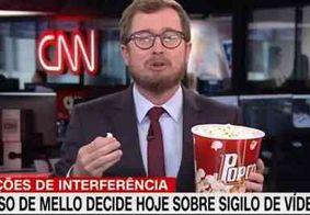 Ao vivo, comentarista da CNN ironiza reunião com Bolsonaro e come pipoca