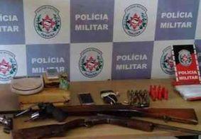 PM apreende 4 armas de fogo, munições e prende suspeitos durante desarticulação de ponto de tráfico
