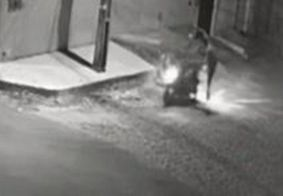 """Assaltante derruba casal com """"voadora"""" para roubar moto; veja o vídeo"""