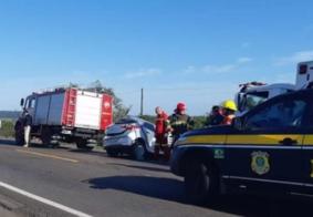 Acidente envolvendo carro, caminhão e ônibus termina com mãe e filho mortos