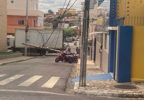 Caminhão arrasta fiação e derruba poste no Centro de Guarabira, na PB