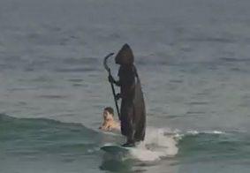 """Vídeo: vestido de """"morte"""", surfista faz alerta sobre aglomerações em praia"""
