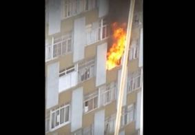 Mulher morre ao se jogar de prédio para fugir de apartamento em chamas