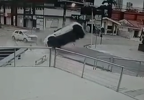 Vídeo: veja momento em que veículo capota após colisão em João Pessoa
