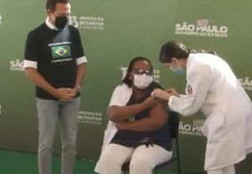 Após autorização, primeira dose da CoronaVac é aplicada no Brasil