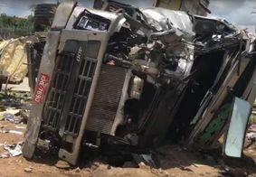 Caminhão carregado de frutas capota e deixa duas pessoas feridas em Mamanguape