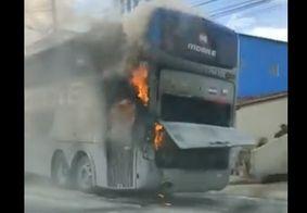 Vídeo | Ônibus que levava jogadores do Botafogo-PB pega fogo