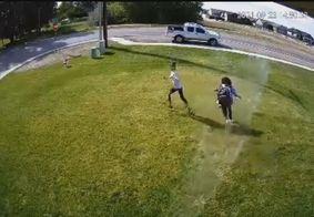 Homem usa irrigador para expulsar invasores de seu gramado