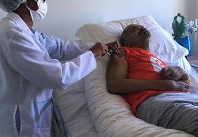 Em casa, Arlindo Cruz recebe vacina contra a covid
