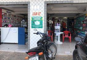 Vídeo: bandidos armados invadem farmácia e agridem funcionário em João Pessoa