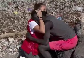 Jovem que consolou migrante na Espanha recebe ameaças e insultos