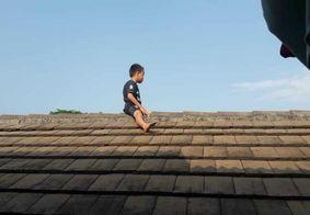 Criança de 5 anos sobe no telhado para escapar de cirurgia no pênis