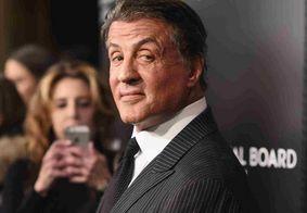 Sylvester Stallone aparece completamente grisalho e recebe elogios
