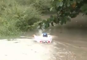 Homem se arrisca para salvar animais em alagamento na Paraíba; veja vídeo