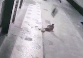 Vídeo: bandido cai do segundo andar e é atingido por TV que roubou