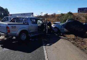 Carros batem de frente e deixam mortos e feridos em rodovia de Minas Gerais