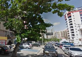 Árvore tomba, atinge carros e trânsito é interditado em avenida de João Pessoa