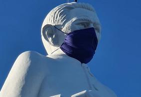 Estátua de padre Cícero ganha máscara para alertar população sobre a prevenção ao novo coronavírus