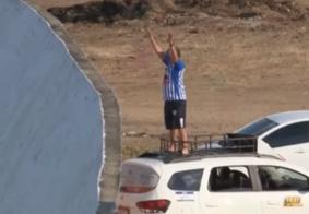 Na PB: torcedor usa carro como arquibancada para ver estreia de time na Série D