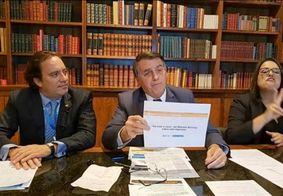 Bolsonaro estava acompanhado do presidente da Caixa, Pedro Guimarães, e de uma intérprete de Libras