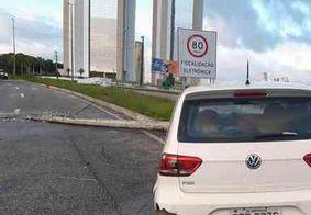 Motorista perde controle da direção e derruba poste na BR-230, em João Pessoa