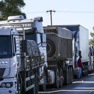 Bolsonaro anuncia auxílio para caminhoneiros comprarem diesel