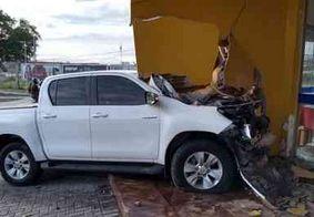 Motorista perde o controle de caminhonete e destrói parede de restaurante, em CG