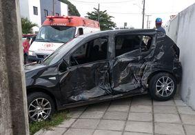 Três pessoas ficam feridas em acidente entre carro e ônibus em João Pessoa