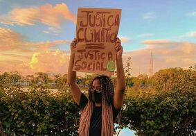 Mikaelle Farias durante protesto, em João Pessoa