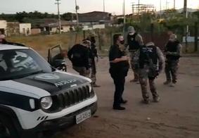 Momento da prisão do suspeito pela operação da Polícia Civil