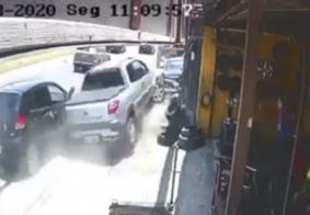 Câmera flagra momento em que carro quase invade borracharia no José Américo