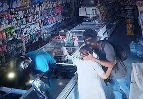 Bandido beija cabeça de idosa durante assalto no Piauí; câmera registra