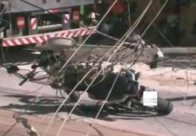 Sargento da polícia fica ferido e quatro postes são danificados em acidente com caminhão