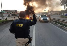 Moradores fazem protesto e fecham trecho da BR-230 em João Pessoa; veja