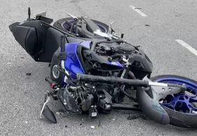 Vídeo mostra motociclista sendo arremessado após colidir com carro em JP