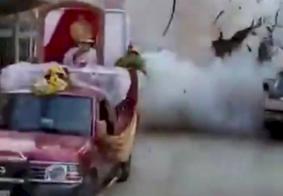 Vídeo: homem morre e adolescente fica ferido após explosão durante celebração religiosa no México