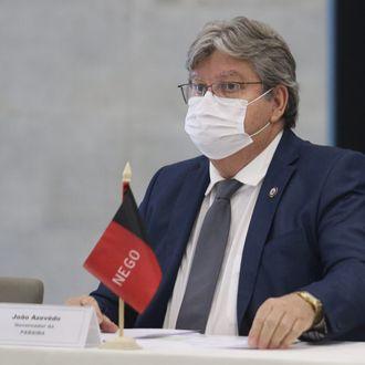 João desmente Bolsonaro e diz que não aumentou ICMS da gasolina