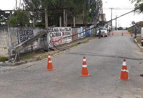 Caminhão provoca queda de três postes em João Pessoa