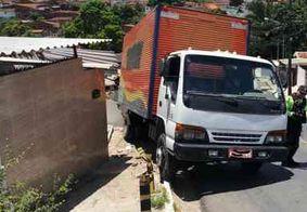 Caminhão destrói muro e telhado de casa após motorista perder o controle em JP
