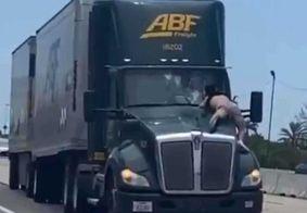 Vídeo: caminhoneiro dirige com homem agarrado ao capô do veículo