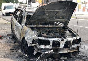 Veículo foi completamente destruído pelo incêndio