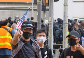 Protestos levam dezenas de milhares às ruas em Hong Kong