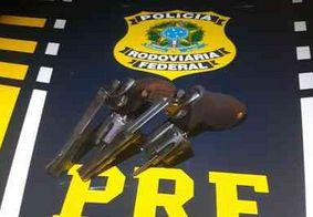 Mulher é presa com dois revólveres na bolsa durante abordagem da PRF