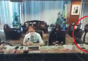 Vídeo: membro da equipe econômica leva tombo em entrevista sobre emprego