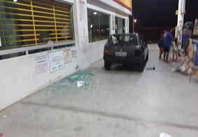 Veículo e vidraçarias foram destruídas pelos criminosos no local do crime