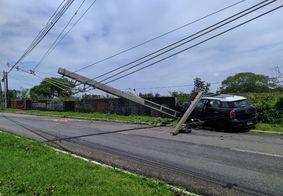 Veículo ficou destruído com impacto