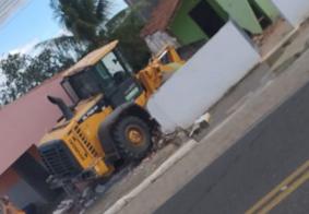 Condutor perde controle de veículo e trator da prefeitura invade casas no interior da Paraíba